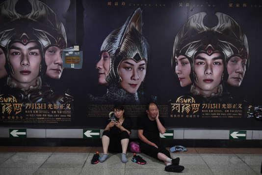 Des affiches du film « Asura », dans un couloir du métro de Pékin, le 17 juillet.