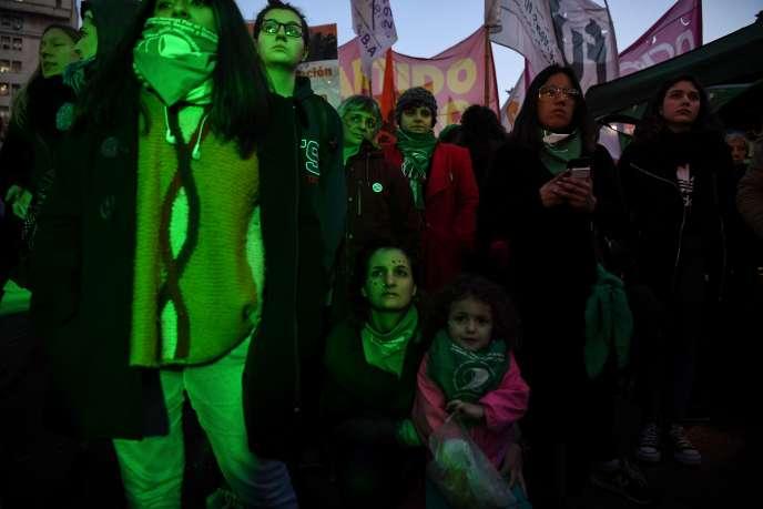 Manifestation en faveur de la légalisation de l'avortement, devant le Parlement argentin, à Buenos Aires, le 3 juillet.