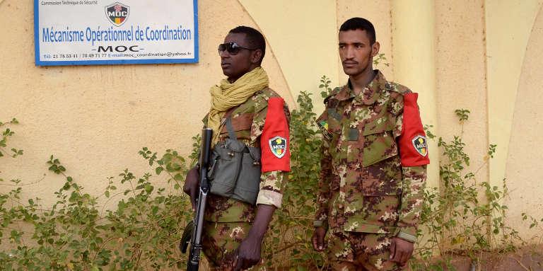 Deux soldats maliens patrouillent à Gao, en février 2017.