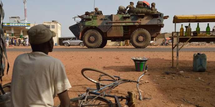 Un convoi de la force française Barkhane traverse Ségou, dans le centre du Mali, en janvier 2013.