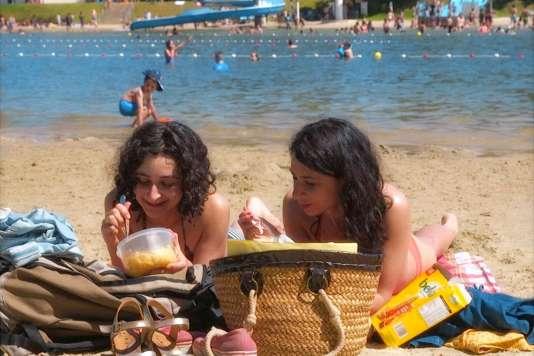 Lucie Grunstein (à gauche) et Miléna Csergo dans le film « Contes de juillet», de Guillaume Brac.