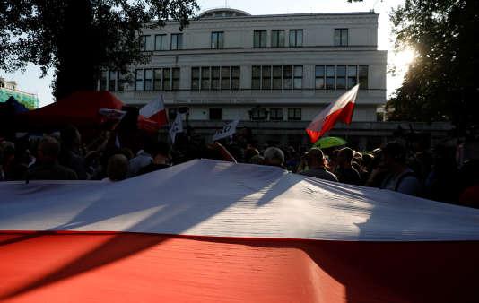 Manifestation contre le gouvernement et en soutien à une justice indépendante, devant le Sénat, à Varsovie, en Pologne, le 24 juillet.