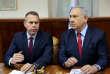 Selon le ministre de la sécurité publique israélien, Gilad Erdan, ici aux côtés de Benjamin Netanyahu, la mesure vise à contrecarrer les attaques palestiniennes et à réduire les pertes humaines.