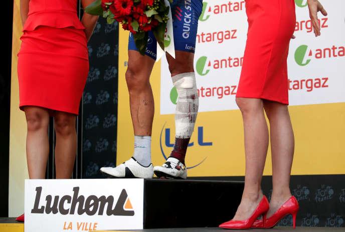 Détail d'une remise du prix de lacombativité à Philippe Gilbert, blessé sur le Tour de France 2018.