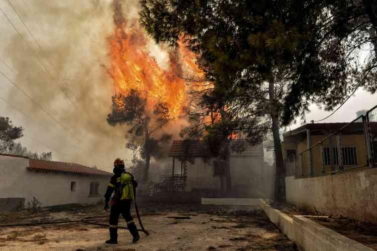 Décompte macabre en Grèce : les violents incendies qui se sont déclarés lundi 23juillet dans les environs d'Athènes avaient fait mardi matin 50 morts et plus de 150 blessés, dont 11graves. Mercredi, le bilan a été porté à 79 tués et 187 blessés, dont 23 enfants.
