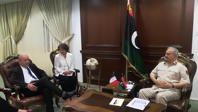 Le ministre français des affaires étrangères Jean-Yves le Drian lors d'une rencontre avec le maréchal Khalifa Haftar, près de Benghazi, le 23 juillet 2018.
