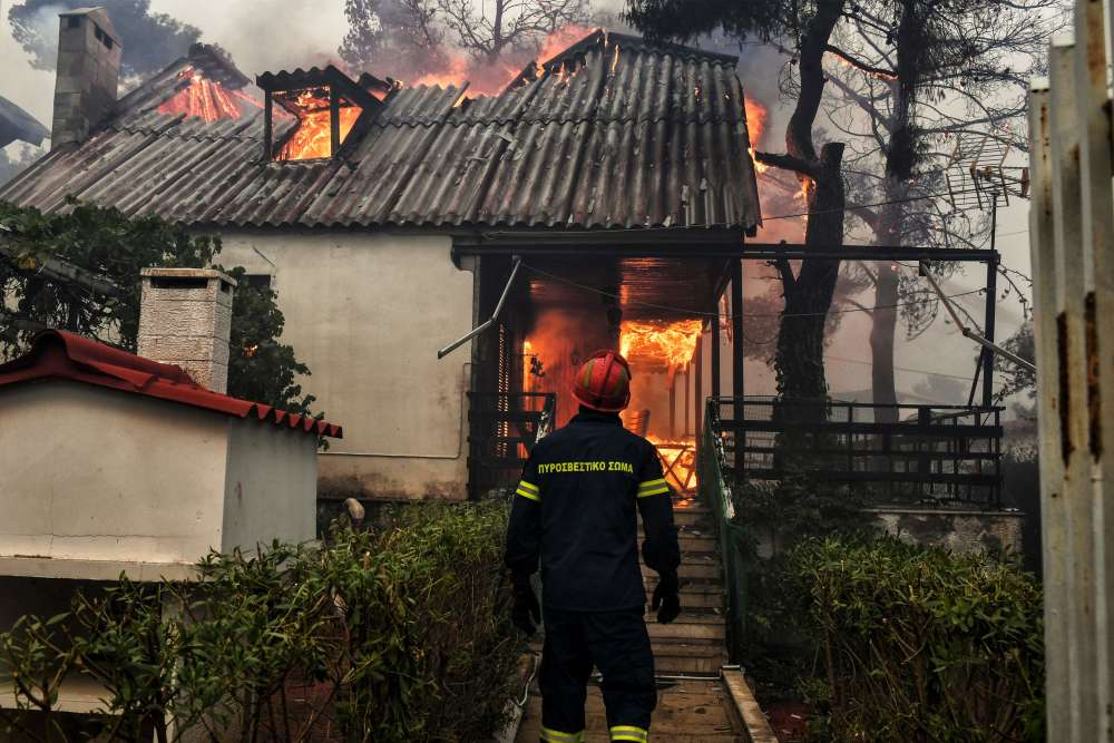 Les incendies de forêt et de maquis sont récurrents en Grèce l'été, notamment dans les zones vertes entourant la capitale. En 2007, les derniers feux les plus dévastateurs avaient tué dans le Péloponnèse et sur l'île d'Evia 77 personnes, ravageant 250000hectares de forêts, de maquis et de cultures.