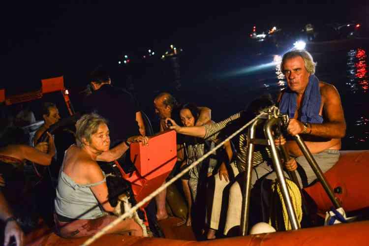 Des bateaux, dont des bâtiments militaires, ont été mobilisés pour évacuer les résidents et les touristes ayant fui les flammes sur les plages et en mer.