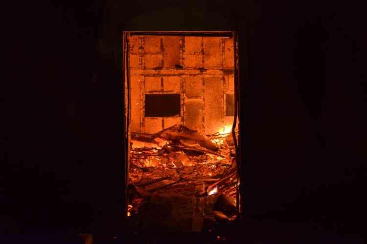 Une maison en flammes à Mati, localité ravagée par les feux.La plupart des victimes ont été piégées « à leur domicile ou dans leurs voitures », a fait savoir le porte-parole du gouvernement grec, Dimitris Tzanakopoulos.