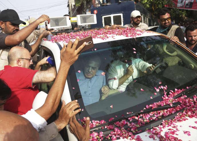 Shahbaz Sharif (à gauche), aux côtés de l'ex-premier ministre pakistanais Nawaz Sharif, à Lahore (Pakistan), le 13 juillet.