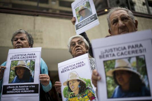 Des manifestants dénoncent le meurtre dela militante écologiste hondurienne Berta Caceres, devant l'ambassade duHonduras à Santiago, au Chili, le 7 mars 2016.