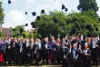 La traditionnelle photo du jeté de chapeaux après la remise de diplôme.