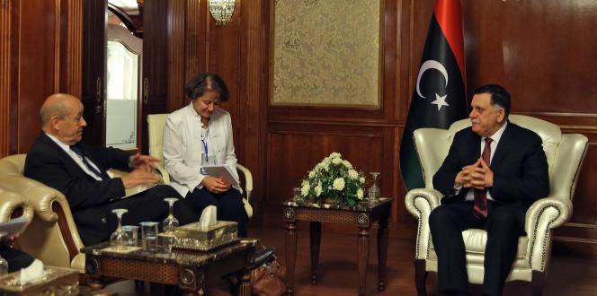 Le ministre français des affaires étrangères Jean-Yves le Drian lors d'une rencontre avec le chef du Gouvernement d'union nationale, Fayez Al-Sarraj à Tripoli, le 23 juillet 2018.