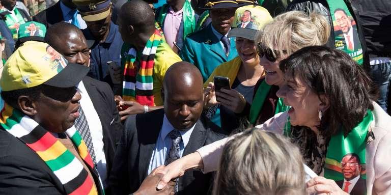 Le président zimbabwéen Emmerson Mnangagwa rencontre des fermiers et hommes d'affaires de la communauté blanche à Harare, le 21 juillet 2018.
