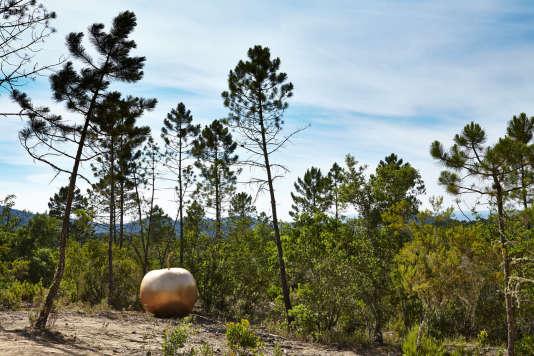 «Pomme»:une sculpture de Claude Lalanne, exposée au Domaine du Muy.