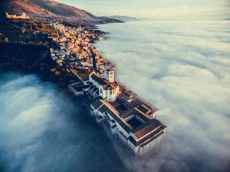1er prix, catégorie urbanisme :« Assisi over the Clouds». La basilique Saint-François à Assise, en Italie.