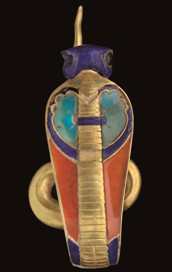 Uraeus de la couronne de Sésostris. Or, lapis-lazuli, cornaline, amazonite Illahoun XIIe dynastie, Sésostris II Le Caire, Musée égyptien.