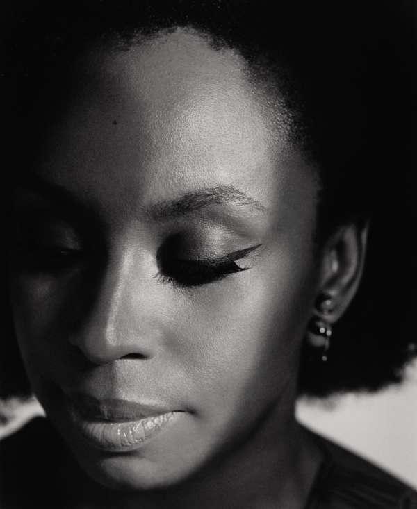 Chimamanda Ngozi Adichie, à Londres le 22 juin. Boucles d'oreilles, Dior. Stylisme Bojana Kozarevic.