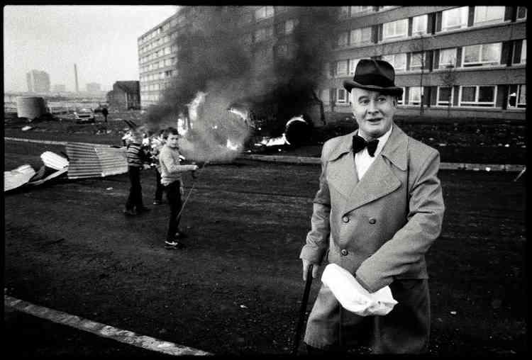 Bobby Sands – Belfast, mai 1981, par Yan Morvan. Il y a vingt ans, le 10avril1998, catholiques et protestants irlandais signaient l'accord du «Vendredi saint», étape capitale vers la paix, après un conflit de presque trenteans, qui avait fait plus de 3500morts. Le photographe Yan Morvan est l'un des nombreux journalistes qui ont documenté ces affrontements. En1981, il a réalisé une série de clichés dans lesquels il est parvenu à capter l'atmosphère révolutionnaire des quartiers catholiques de Belfast, qui s'étaient embrasés après le décès du prisonnier Robert Gerard Sands le 5 mai. Bobby Sands, comme il était surnommé, était une figure de l'Armée républicaine irlandaise (IRA). Engagé dans une grève de la faim, le militanta succombé au bout de soixante-six jours dans la prison de Maze, devenant un héros de la cause républicaine.