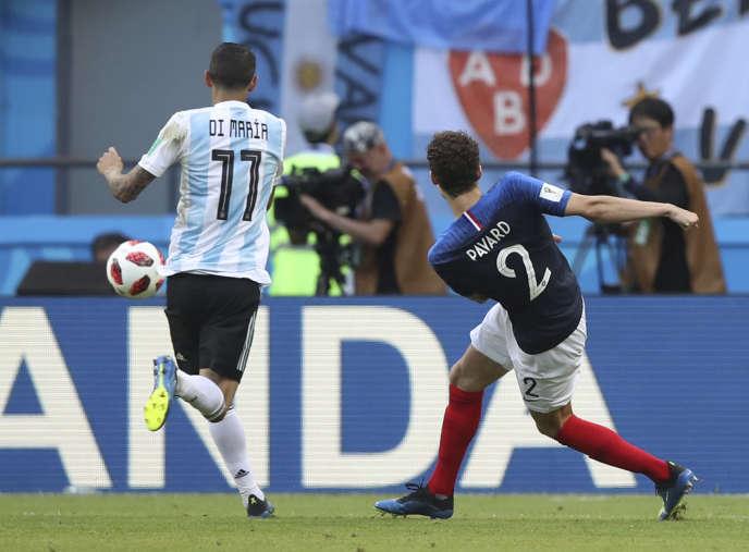 Au moment du déclenchement de la frappe de Benjamin Pavard, lors du huitième de finale face à l'Argentine, le 30juin.