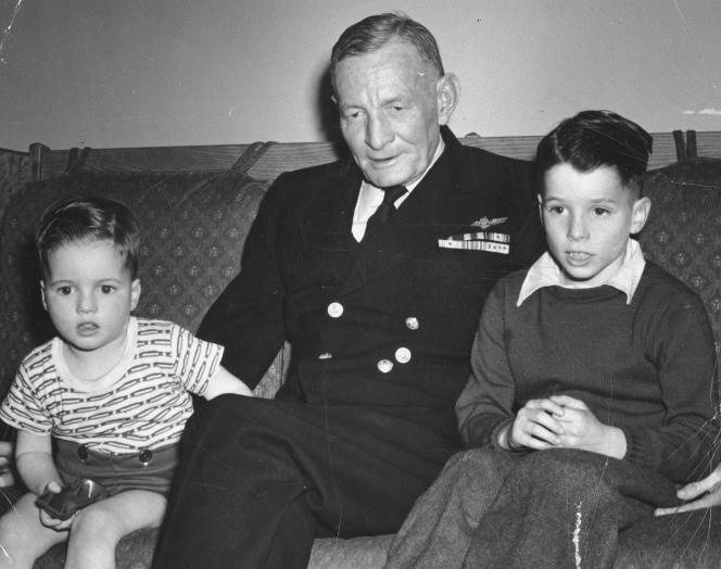 John McCain (d) avec son père John S. McCain, Jr. et son frère Joe (g) sur une photo non datée dans les années 1940.