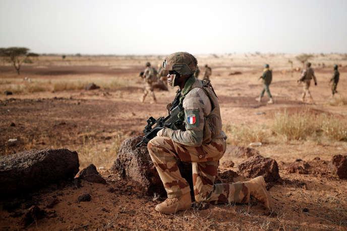 Soldats français de la force « Barkhane» avec des soldats de l'armée malienne àInaloglog, au Mali, le 17 octobre 2017.