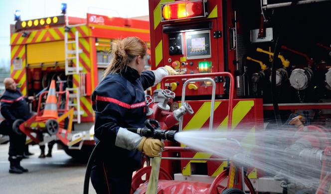 Une femme pompier en intervention lors d'un incendie à Boulogne-sur-Mer (Pas-de-Calais), en 2012.
