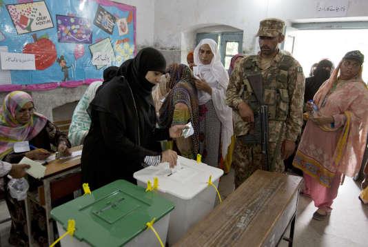 Environ 106 millions d'électeurs, sur une population de 207 millions de personnes, sont appelés aux urnes.