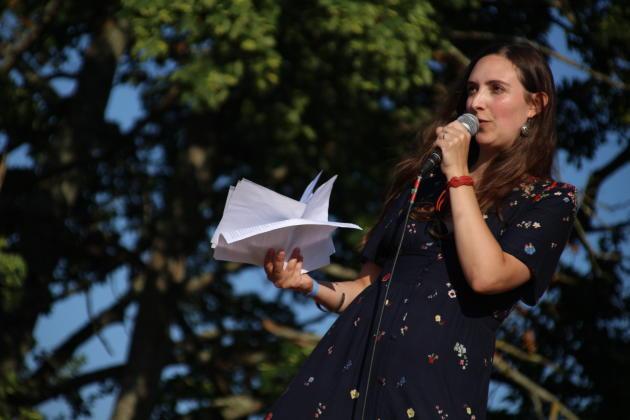 Clothilde Chamussy (Passé sauvage), ici aux Historiques de Montbazon pendant sa conférence sur les récupérations politiques de l'archéologie, fait partie des jeunes femmes ayant trouvé leur place sur YouTube.