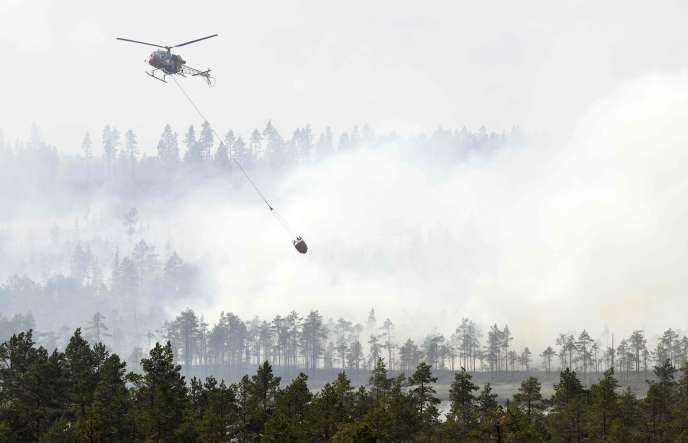 Un hélicoptère des pompiers opère sur la commune de Ljusdal (Suède), le25juillet2018.