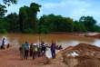 Au Laos, le 24 juillet, des villageois évacuent une zone inondée au lendemain de l'effondrement d'un barrage.