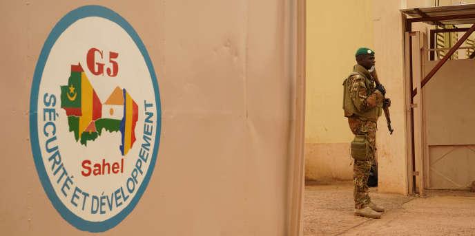 Un soldat malien monte la garde à l'entrée du QG de la force conjointe G5 Sahel, à Sévaré, le 30 mai 2018.
