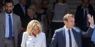 Il aura fallu une vidéo montrant Alexandre Benalla (à gauche) violentant un couple,en marge du défilé du 1er mai 2018, pour qu'on se rende compte que l'homme que personne n'avait jamais vu jusqu'alors était en réalité partout. Ici, derrière le couple présidentiel, auTouquet, le 11 juin 2017.
