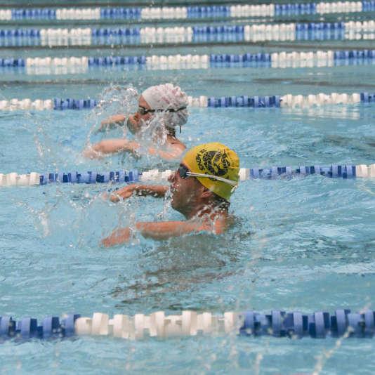 Entraînement de l'équipe mixte de natation synchronisée du Paris aquatique pour les Gay Games, en juillet.