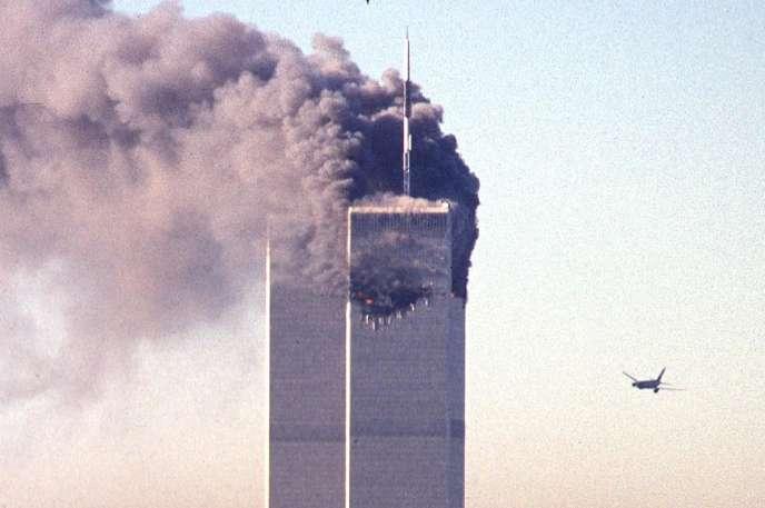 Le deuxième avion détourné par des terroristes s'approche du World Trade Center, le 11 septembre 2001 à New York.