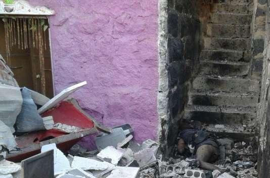 Le corps de la victime d'un attentat-suicide, à Souweïda (Syrie), mercredi 25 juillet.