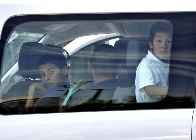 Des enfants entrés illégalement sur le territoire états-unien arrivent au centre social de Phoenix, le 26 juillet.