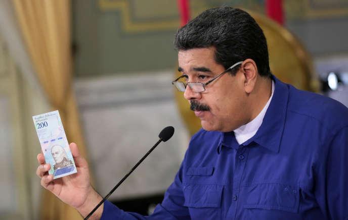 Le président Nicolas Maduro lors de l'annonce de la dévaluation du bolivar, un billet de banque à la main, le 25 juillet à Caracas.