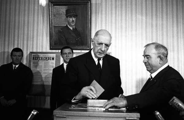 Charles de Gaulle vote à Colombey-les-Deux-Eglises, le 27 avril 1969.