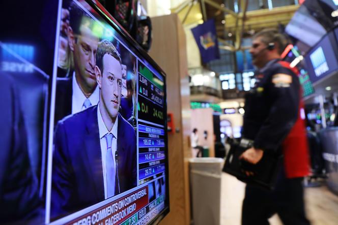 Les tradeurs de Wall Street à New York visionnent la retransmission de l'audition de Mark Zuckerberg devant le Congrès, le 10 avril.