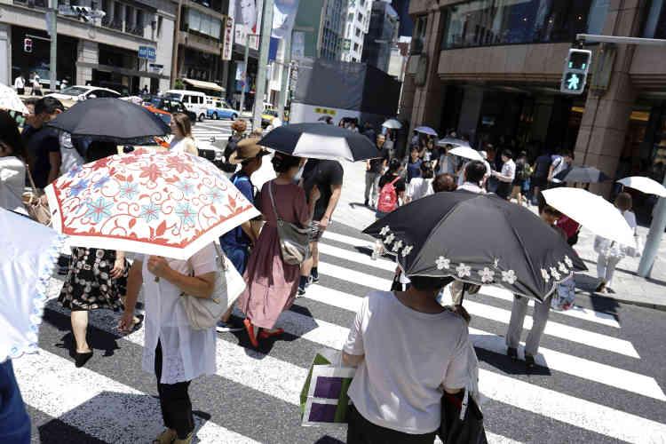 Dans la rue, à Tokyo,le 20 juillet.L'Europe, qui oscille entre canicule et incendies, n'est pas seule à souffrir de la canicule.Une vague de chaleur s'est abattue sur le Japon depuis deux semaines. Les températures élevées – au-delà de 40°C – ont fait au moins 80morts et 35000personnes ont dû être hospitalisées.