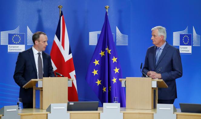Le secrétaire d'Etat britannique à la sortie de l'Union européennet, Dominic Raab, et le négociateur en chef pour l'UE sur ce dossier, Michel Barnier, le 26 juillet, à Bruxelles.