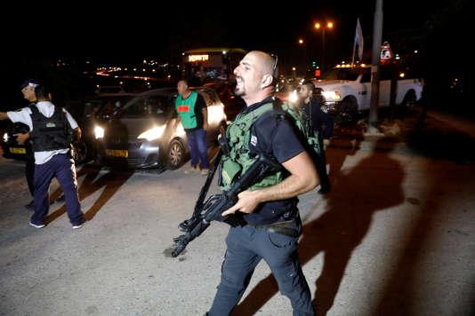 Un garde israélien à l'entrée de la colonie israélienne d'Adam, en Cisjordanie, le26juillet.