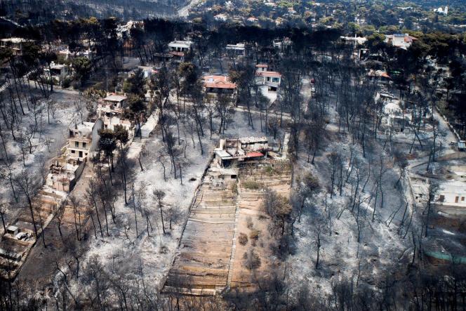 Le village de Mati, détruit par les incendies, le 25 juillet.