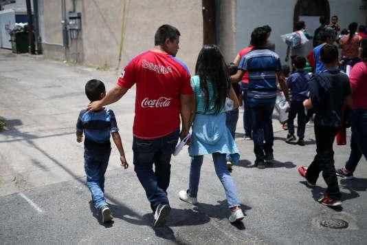 Des familles de migrants arrivent dans un centre de repos, après avoir été libérés du centre de détention de McAllen au Texas, le 26 juillet.