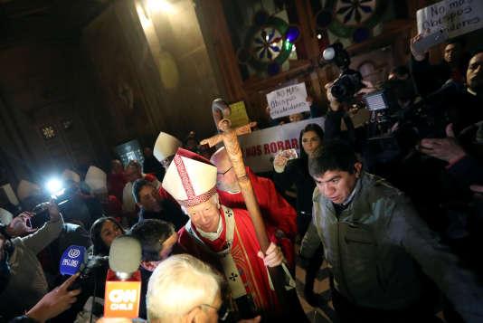 L'archevêque de Santiago, Ricardo Ezzati, le 25 juillet, lors d'une messe perturbée par des Chiliens protestant contre les silences de l'Eglise dans les affaires de pédophilie qui secouent le pays.