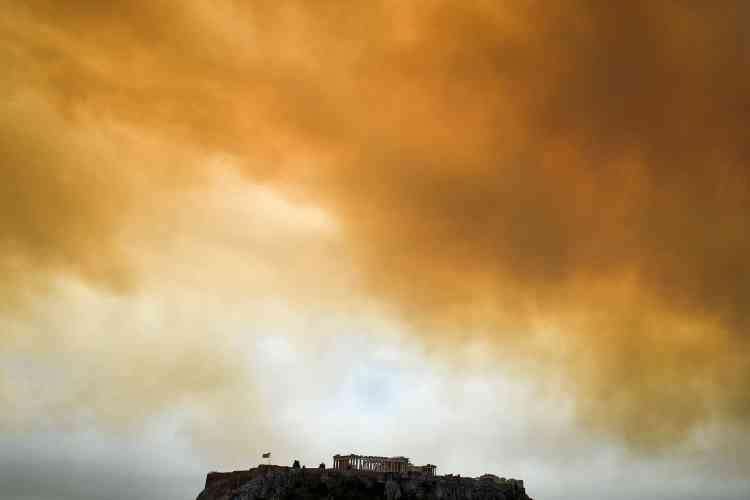 Le Parthénon, à Athènes, le 23 juillet. Qualifié de«tragédie nationale»par les médias du pays, le feu, parti du mont Pendeli attisé par des vents de 100km/h, s'est rapidement propagé et a envahi Mati,à 40kilomètres d'Athènes, détruisant des centaines d'habitations.
