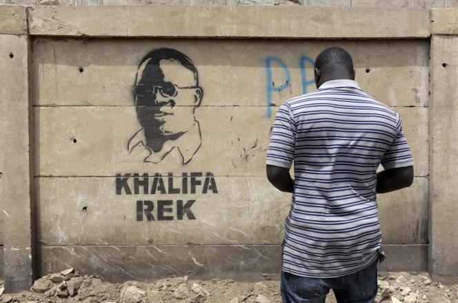 Le portrait du député-maire de Dakar, Khalifa Sall, peint sur un mur de la capitale sénégalaise avec l'inscription : « Khalifa ou rien», le 28 mars 2018.
