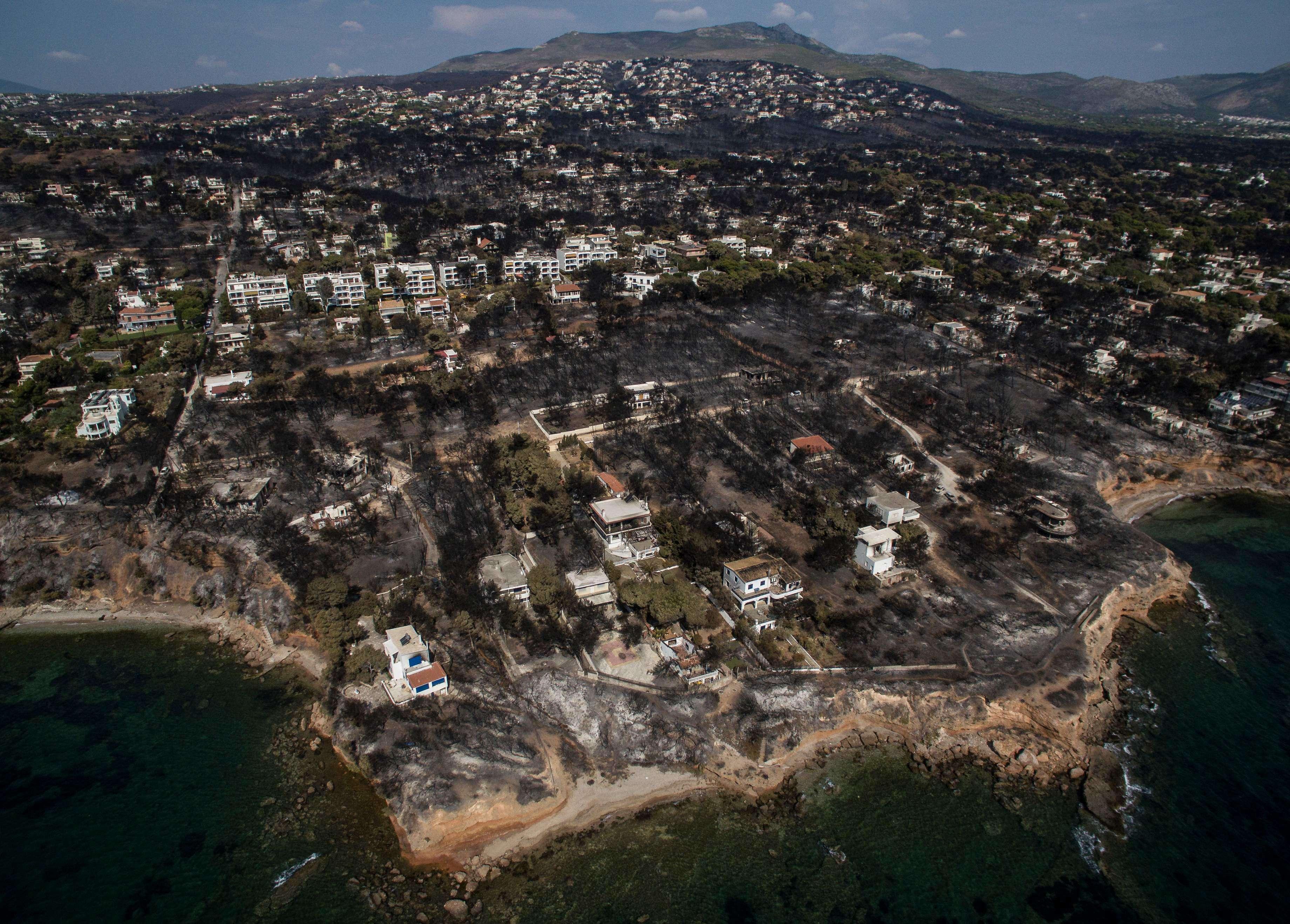 Vue aérienne de la station balnéaire de Mati, près d'Athènes, ravagée par les flammes. Le bilan provisoire desincendies de forêtqui ont dévasté lundi soir la côte à l'est d'Athènes est évalué, aujourd'hui, par les autorités, à 82morts.