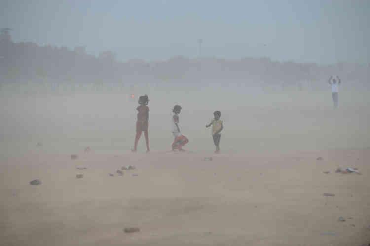 Tempête de sable à Ahmedabad, en Inde, le 16 juin. Depuis le début de l'année 2018, un nombre anormalement élevé de tempêtes de sable ont balayé le sous-continent indien, provoquant au moins 500morts. Les scientifiques accusent la désertification causée par la déforestation, et la conjonction d'une hausse de la température de surface avec l'humidité transportée par les vents d'ouest.